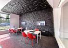 Architektura wnętrz salonu Profbud; czarny relief